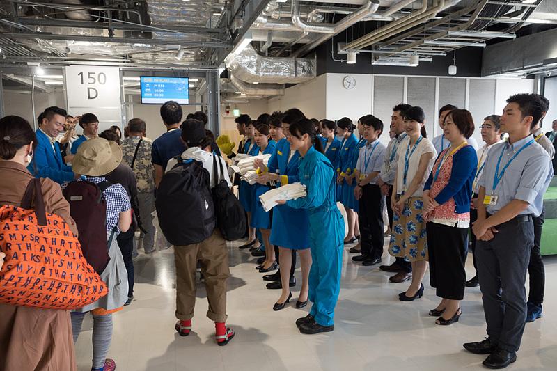バニラエア最後の新規開設路線となることから、多くのスタッフが初便搭乗客の見送りに集まった