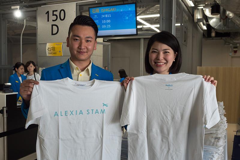 搭乗客全員に「ALEXIA STAM(アリシアスタン)」とのコラボレーションTシャツを配布し、機内で着用するよう促した