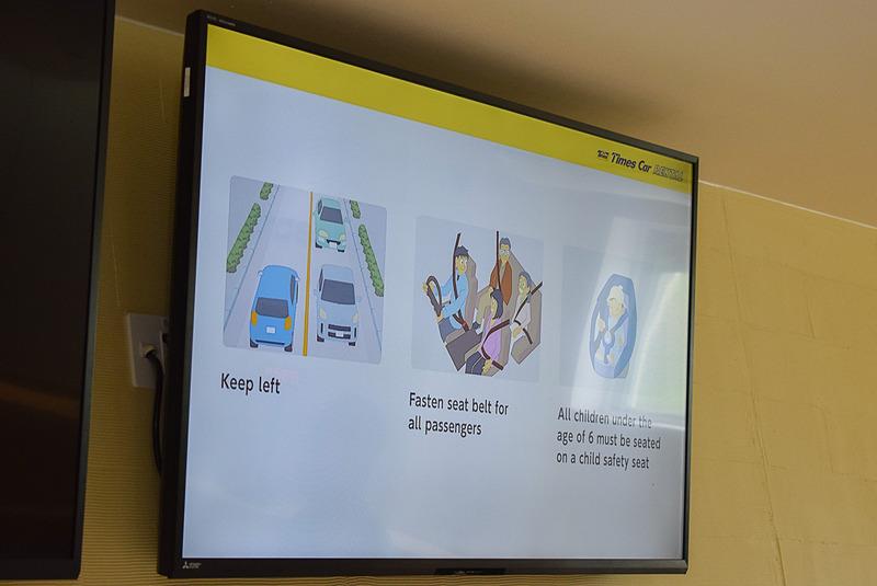 外国人向けカウンター近くのディスプレイには、日本の交通ルールを解説する映像が流れている