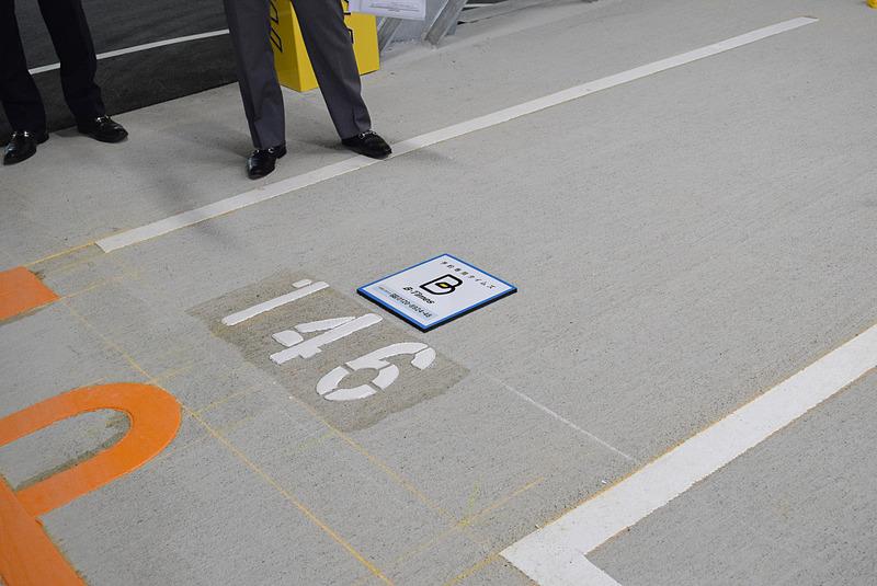 沖縄県内の会員向けに1日単位で駐車スペースを借りられるサービス「B-Times」も提供。対応スペースにはそれを示すプレートが設置してある