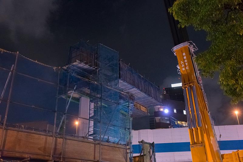 550t吊りのオールテレーンクレーン。7月5日から本体の組み立てがはじまり、7日の夕方からブームやカウンターウエイトを取り付けるなどして準備が進められた