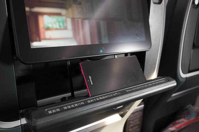 シートモニターの下にタブレット/スマホスタンドを装備。溝が長いので、12インチ程度までのタブレットを置ける