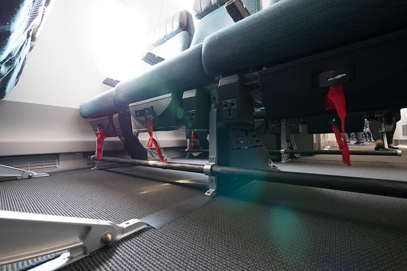 ユニバーサルAC電源は足下の膝裏部分に各席1個ずつ(3席につき3個)備える