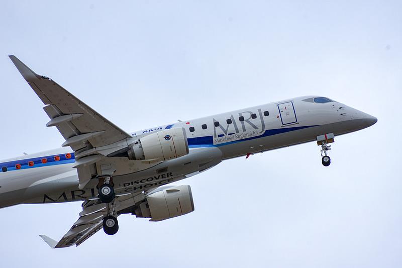 三菱航空機が開発を進める国産リージョナルジェット「MRJ」が展示飛行を実施
