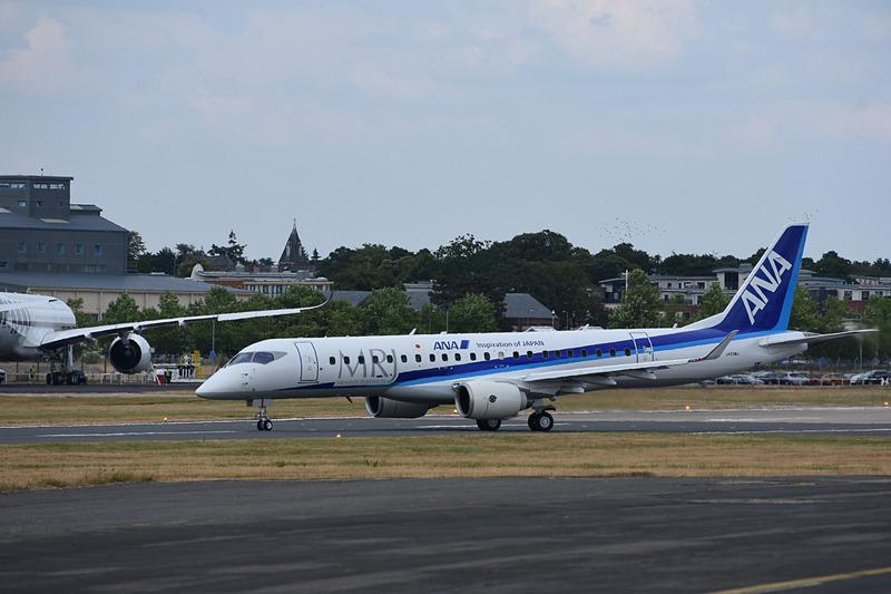 ファンボロー空港の滑走路に姿を現わしたMRJ 3号機
