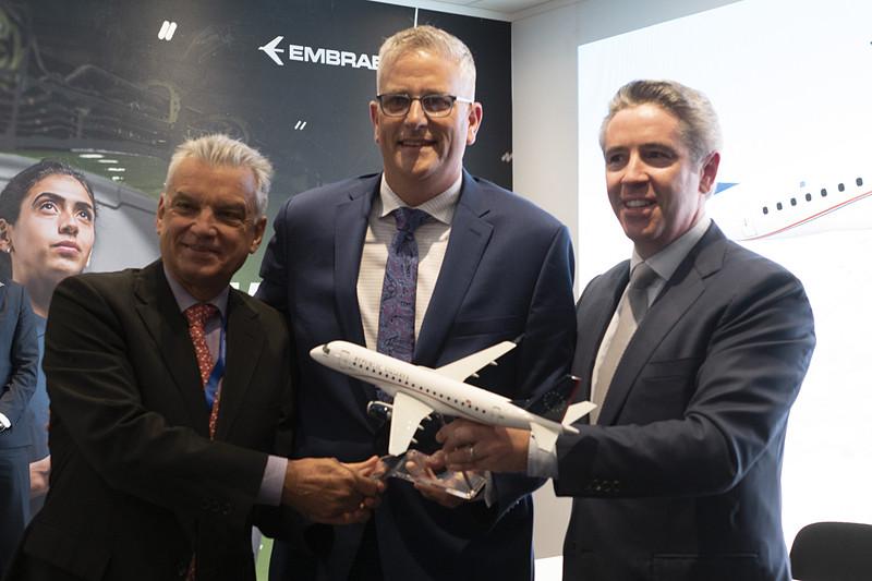 左はエンブラエル 社長兼CEO パウロ・シルバ(Paulo Cesar de Souza e Silva)氏、中央はリパブリック航空 CFO ジョー・オールマン(Joe Allman)氏
