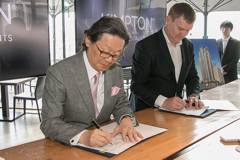ケネス・マクファーソンCEOと塚田正由記社長が運営受委託契約に署名し、契約が締結された