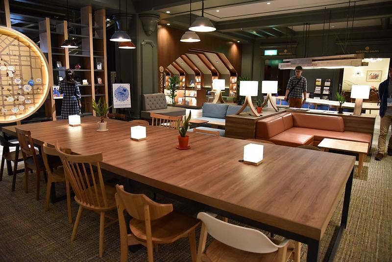 国内最高峰の質を誇る旭川家具の使い心地が試せる。リサーチテーブルで旅の計画を練ろう