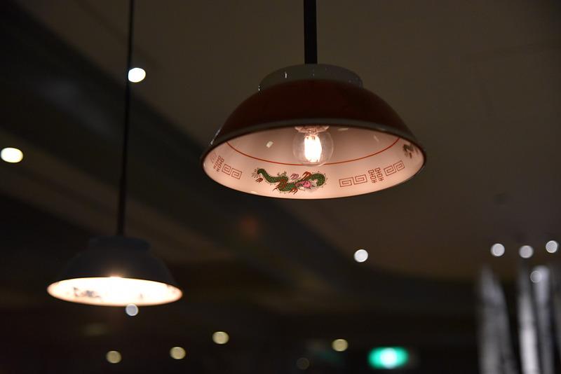 よく見るとランプシェードがどんぶり! 旭川のラーメン人気店のどんぶりを譲り受けたとのこと