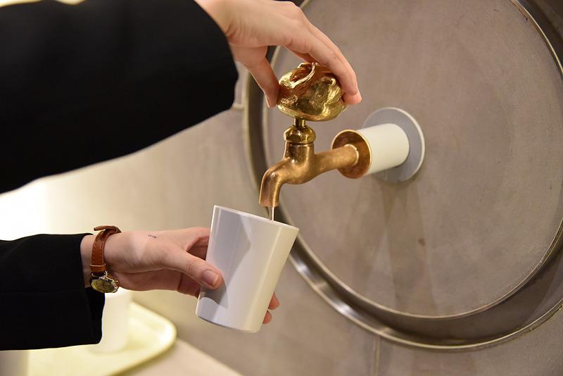 蛇口からはハスカップジュースが提供される