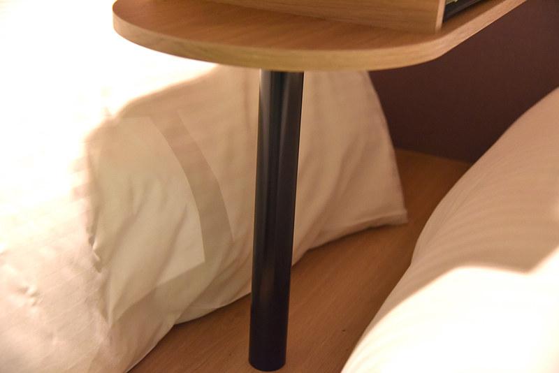 2つのベッドの間にある「DANRANテーブル」下は足が入れられる