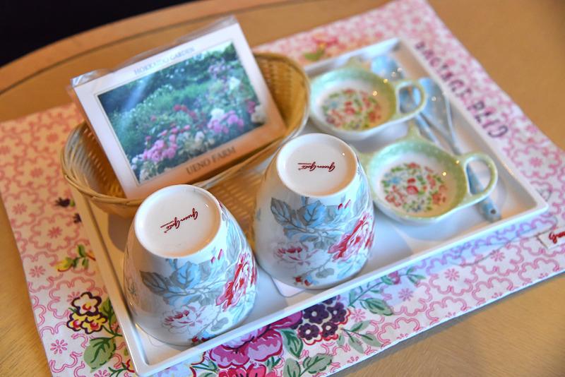 テーブルには、花の描かれたティーセット