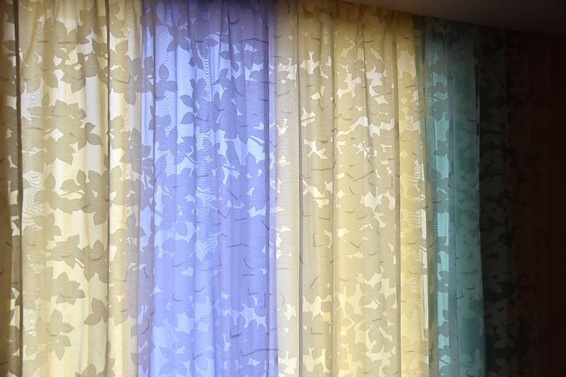 カーテンには小鳥のシルエットが隠されている