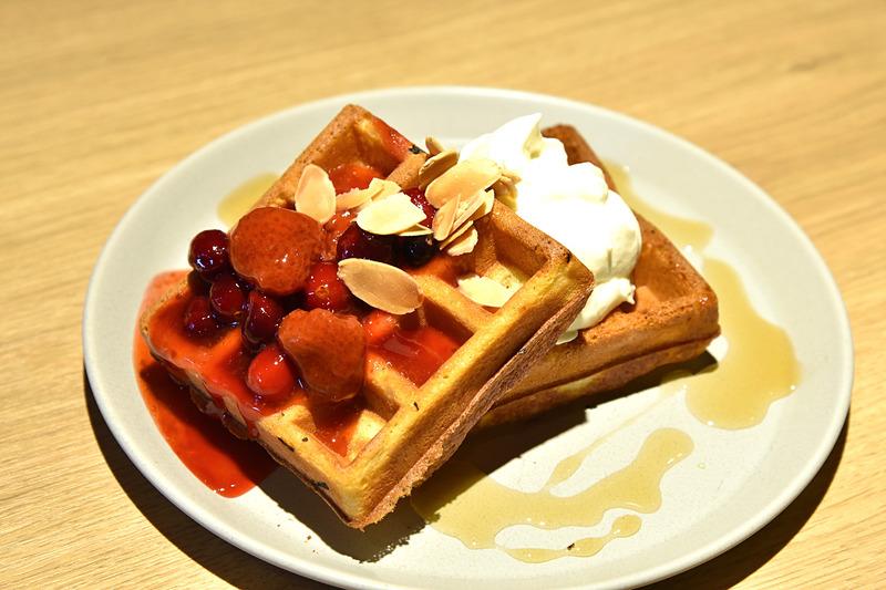 ミックスベリーのごろっとフルーツソースとヨーグルトクリームフェッテ。メープルシロップでカフェ風ワッフルのできあがり