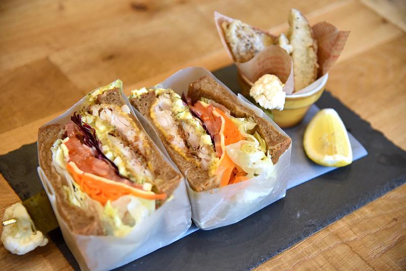 「ホッケフライのサンドイッチ」(1200円)。ドリンクやデザート付きのセットメニューにもすることもできる