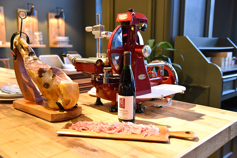 空知産ワインとともに「切りたて生ハム」(レギュラー1200円)を味わおう
