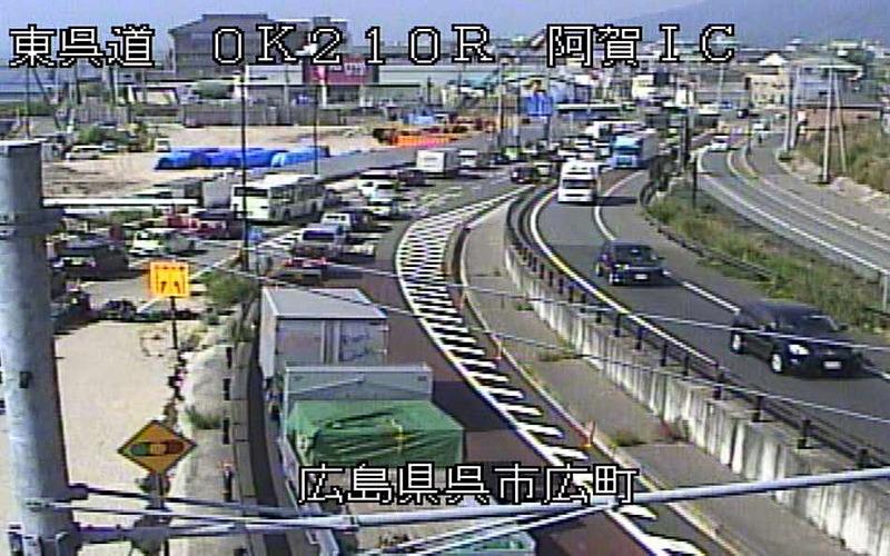 東広島呉自動車の阿賀ICから左折するクルマなどの影響による渋滞対策として、左折レーンを新設する交差点改良工事を実施。7月28日に完成する