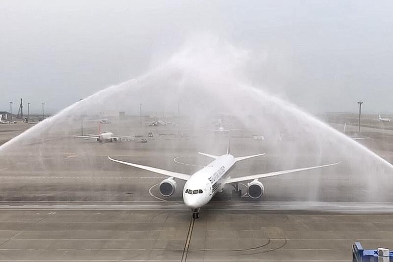 セントレアに到着したシンガポール航空のボーイング 787-10型機(登録記号:9V-SCB)。ウォーターキャノンがお出迎え