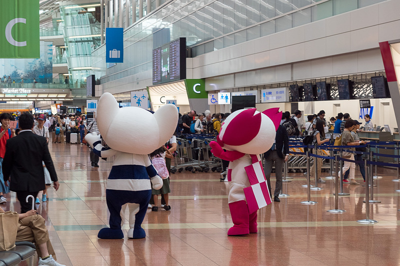 7月28日に羽田空港で開かれたANAの新たな取り組みの発表に合わせ、国内線第2旅客ターミナルに大会マスコットキャラクターの「ミライトワ」と「ソメイティ」が登場