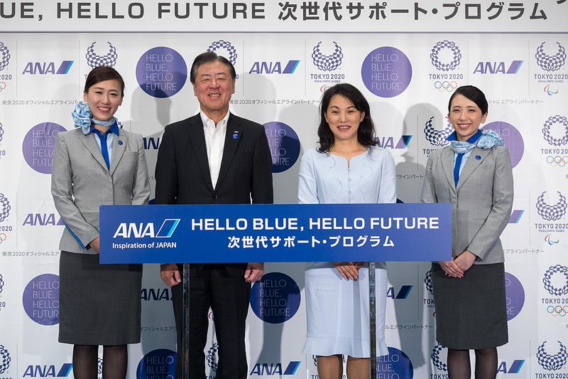 7月28日には羽田空港で「HELLO BLUE, HELLO FUTURE~次世代サポートプログラム~」の発表会を実施。全日本空輸株式会社 代表取締役 副社長 志岐隆史氏(中央左)と、華道家元池坊 次期家元 池坊専好氏(中央右)が取り組みを紹介した