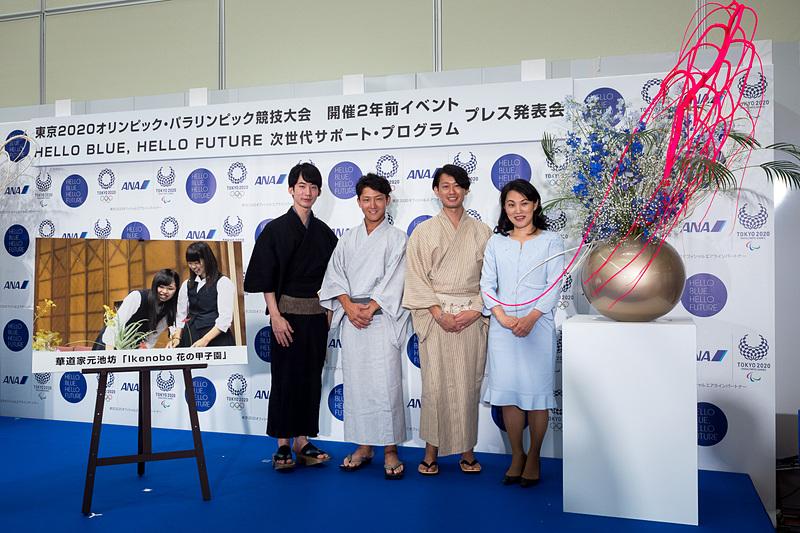 右から、華道家元池坊 次期家元 池坊専好氏、IKENOBOYSの加藤数馬さん、田中伸明さん、真壁弘典さん