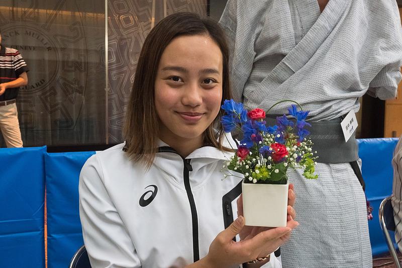 東京オリンピックでの活躍が期待される競泳の今井月選手(写真左列)と吉田冬優選手(写真右列)も、卓球といけばなを体験