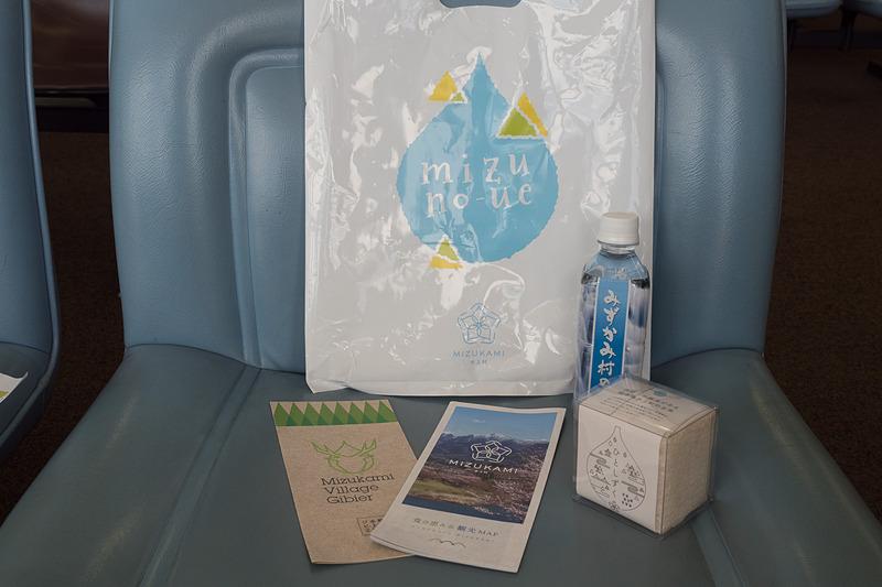 搭乗客への記念品。「みずかみ村の水」や水上村で作られたお米「ひとしずく」。ソラシドエアの搭乗証明書や「ひみつメモ」など