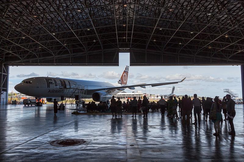 案内された格納庫にはエティハド航空からレンタルされたエアバス A330-200型機と、ヴァトレレ島から招待された多くの島民が集まっていた