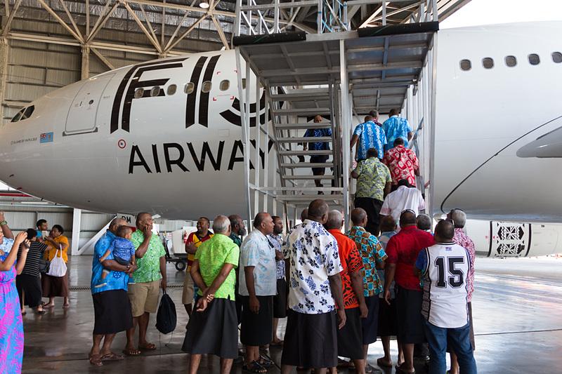 機内を見学するヴァトレレ島の人たち
