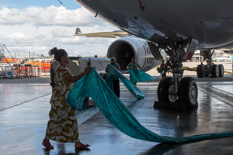 カラフルな布をつなぎ合わせ、機体を取り囲むように敷いていく