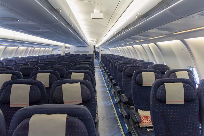 こちらはエコノミークラスのシート。ビジネスシートと同様にブルーを基本とした内装になっている