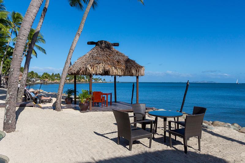 ホテルは海沿いに建っており、目の前には美しい景色が広がる。こちらは、ザ・ウェスティン・デナラウ・アイランド・リゾート&スパの前で撮影したもの