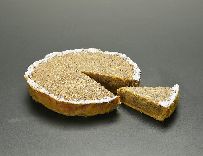 ラムに漬けたレーズンをペースト状にした「ラムレーズンのパイ」(1620円)