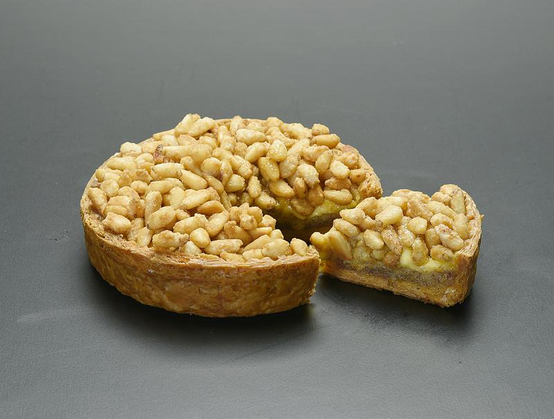 軽くキャラメリゼした松の実を使った「松の実のパイ」(1620円)