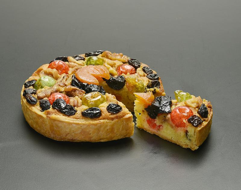 レーズンやブランデーに漬けたドレインチェリーなどドライフルーツを使った「森の恵みのパイ」(2160円)