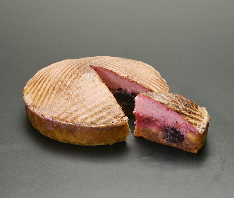 フランボワーズやカシスなどのその時期の赤い果実を使ったという「赤い果実のパイ」(1620円)