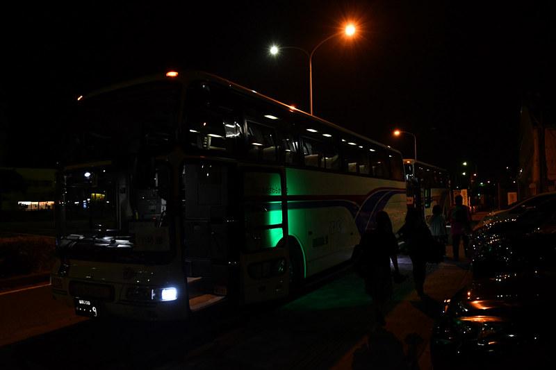 滑走路に向かうため、参加者は2台のバスに分かれて乗車