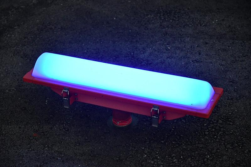 さまざまな種類の誘導灯。路面から飛び出しているタイプのものは、少しの接触で折れやすくなっており航空機へのダメージを最小限にとどめる配慮がなされている