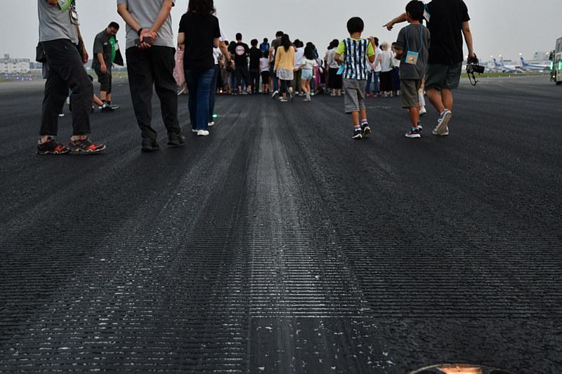 滑走路には横方向に溝(グルービング)が掘られており、わずかな傾斜との組み合わせで排水性を確保、横溝のない航空機のタイヤでも摩擦効果を生み出すことができる