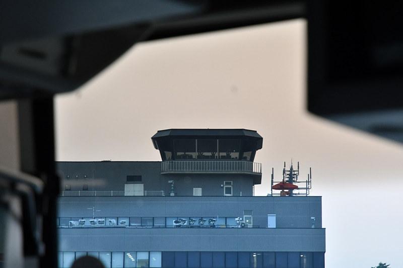 管制塔にいるスタッフが大きく手を振っていた