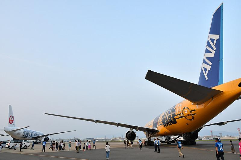 機体見学は29番スポットに夜間駐機されているJALとANAの機材を使用