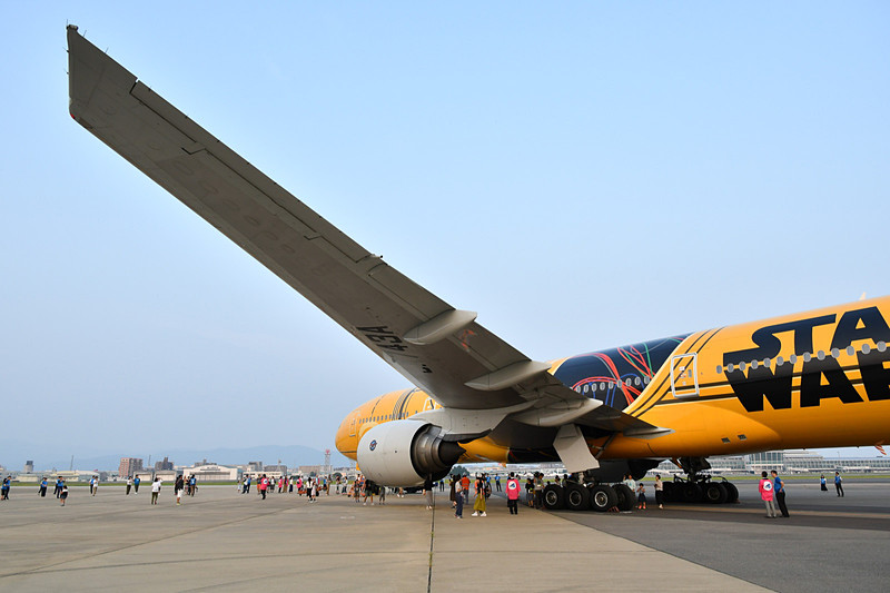 説明が終了したら自由に機体を見学。胴体や翼の真下で記念撮影をする姿が多くあった