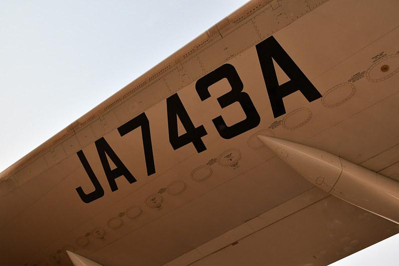 主翼の下には大きくレジ番号(登録記号)が書かれている。横方向に連続している楕円形のフタは燃料タンクにアクセスするためのハッチ