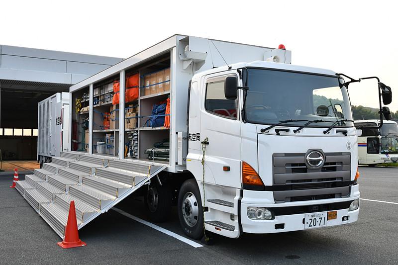 救急医療作業車。医療セットやテントなど、簡易的な治療スペースを設置できる