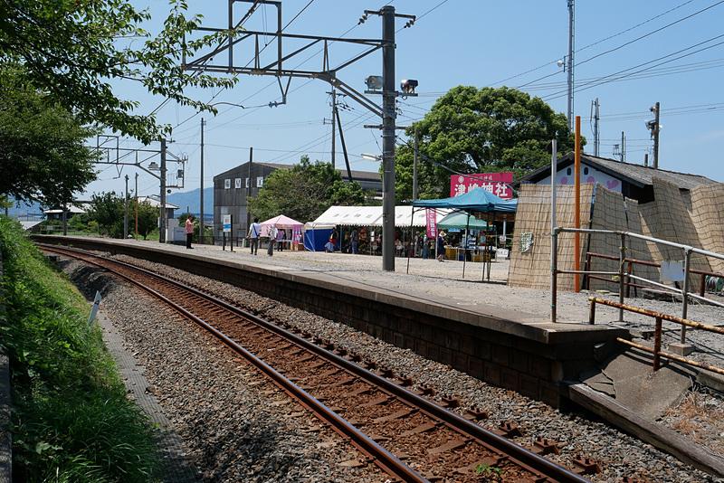 JR四国予讃線の海岸寺駅と詫間駅の間にある、津島ノ宮駅。毎年8月4日と5日の2日間だけ営業する臨時駅だ