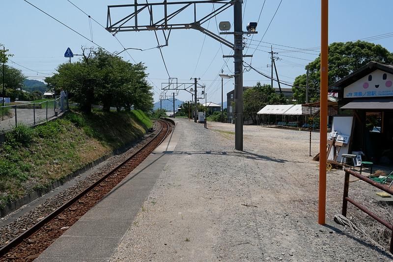 津島ノ宮駅のホームの様子。大部分が舗装されておらず、昔ながらの雰囲気が残されている(8月3日に撮影)
