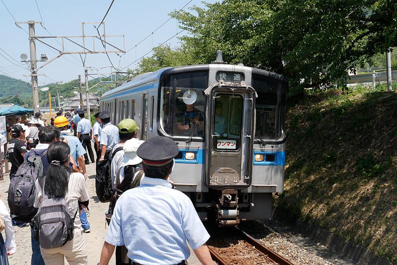 列車の到着に合わせて大勢のJR四国係員が待機