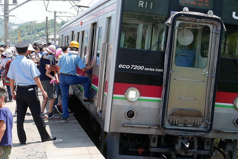 津島ノ宮駅はカーブに位置しており、列車が傾いてホームとの間に大きな空間と段差ができるため、子供の乗降をJR四国の係員が手助けする