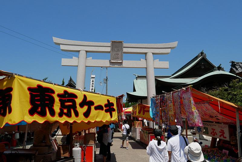 この鳥居をくぐった先に、本殿のある津島につながる「つしま橋」がある