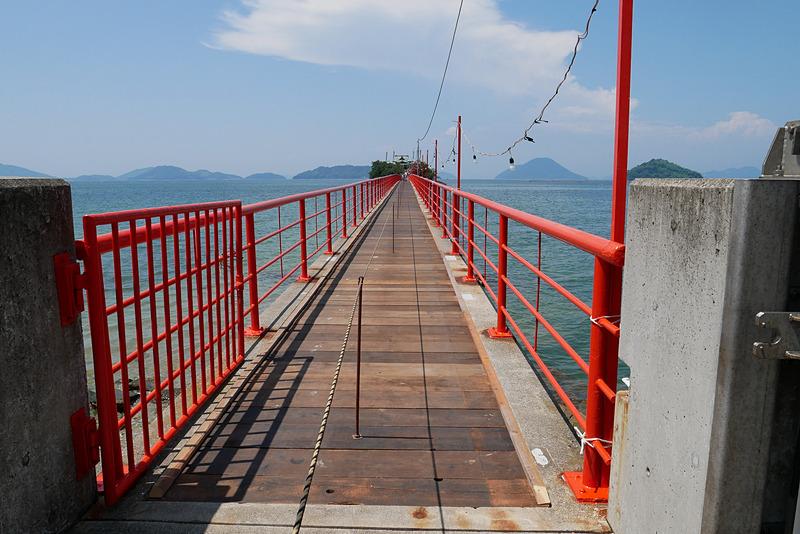 夏季例大祭の期間は、このように床板がはめられて橋を渡れるが、通常は床板が外され、入り口も閉じられて津島へは渡れない